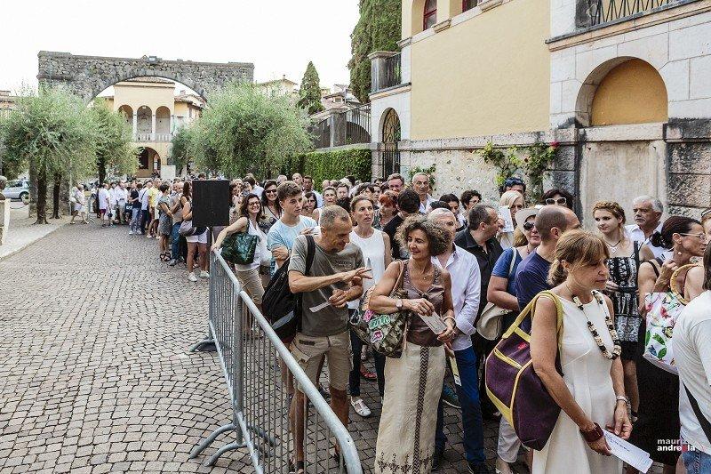 Tutti in fila per Mario Biondi...