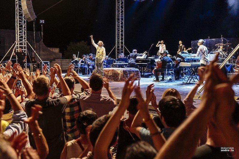 Ovazioni per il cantautore siciliano