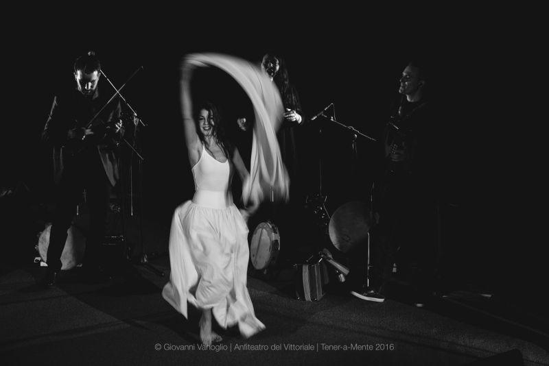 Si balla e si salta (non solo sul palco...) (foto di G.Vanoglio)