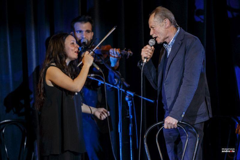 La sorpresa di Sirmione: Erri De Luca canta con il CGS (foto M.Andreola)