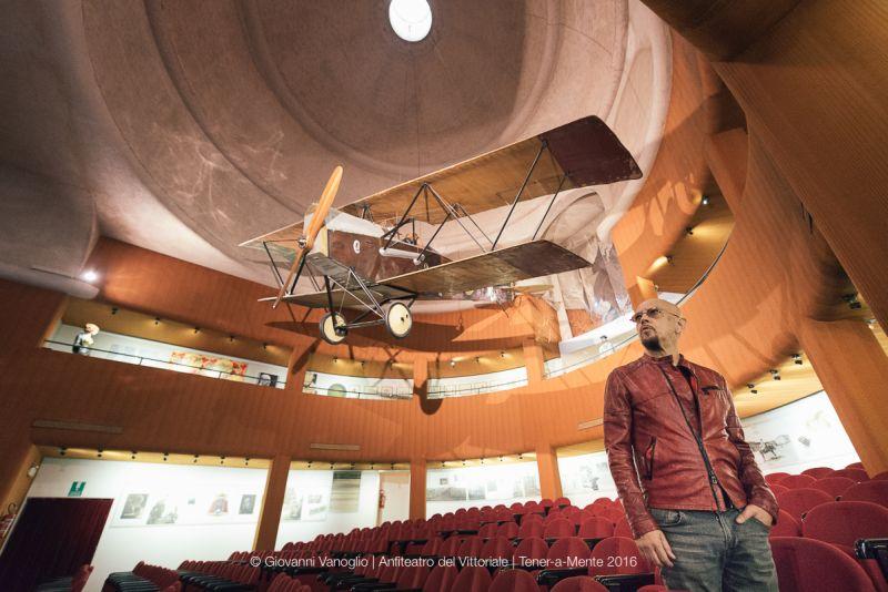 Enrico in auditorum, sotto lo SVA originale su cui Gabriele d'Annunzio compì il celebre volo su Vienna