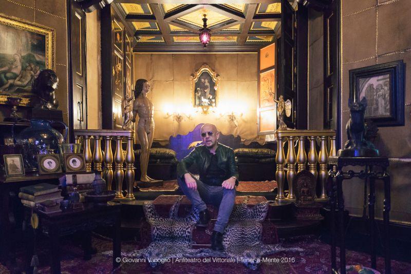 Enrico nella Stanza del Lebbroso, concepita da d'Annunzio per la meditazione