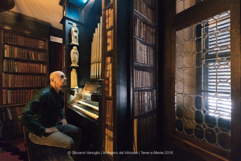 Enrico seduto all'organo americano suonato da Luisa Baccara, la pianista veneziana compagna di d'Annunzio al Vittoriale