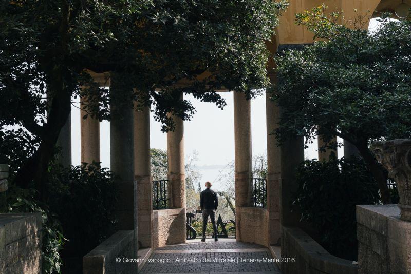 Affacciato sotto i Loggiati, ad ammirare il panorama del Garda davanti alla scultura di Jacques Villeglé
